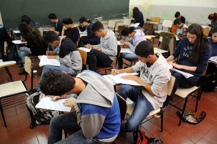 Pesquisa revela que metade dos alunos pensa em desistir do ENEM